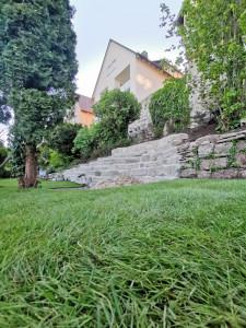 Rollrasen Natursteinmauer
